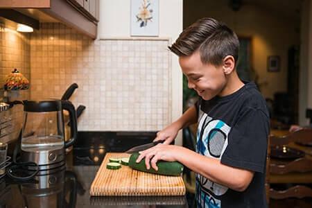 enfant ustensile cuisine